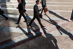 Executivos que andam ao escritório na manhã em um stree ocupado foto de stock
