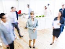 Executivos que andam em horas de ponta Fotos de Stock Royalty Free
