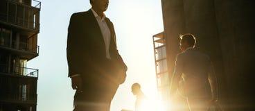 Executivos que andam em uma rua movimentada ao escritório cedo no fotos de stock