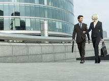 Executivos que andam fora do prédio de escritórios Fotos de Stock Royalty Free