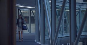 Executivos que andam junto no corredor no escritório 4k vídeos de arquivo