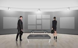 Executivos que andam na arte da galeria Imagem de Stock