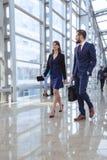 Executivos que andam no corredor do escritório Imagens de Stock Royalty Free