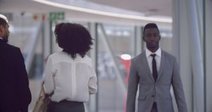 Executivos que andam no corredor no escrit?rio 4k video estoque
