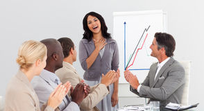 Executivos que aplaudem em uma apresentação fotos de stock royalty free