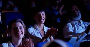 Executivos que aplaudem no seminário do negócio no auditório 4k video estoque