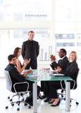 Executivos que aplaudem um colega em um presen fotografia de stock