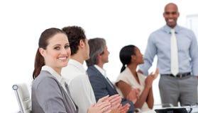 Executivos que aplaudem uma boa apresentação Imagem de Stock Royalty Free