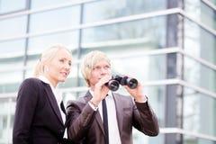 Executivos que apontam binóculos fotos de stock royalty free