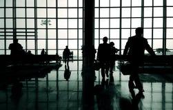 Executivos que apressam-se no aeroporto Imagens de Stock