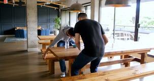 Executivos que comem o alimento no bar 4k do escritório video estoque