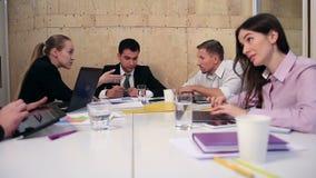 Executivos que conceituam na reunião no escritório video estoque