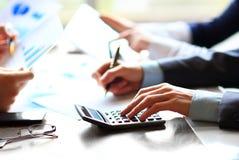Executivos que contam na calculadora Imagens de Stock Royalty Free