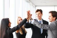 Executivos que dão a elevação cinco imagens de stock