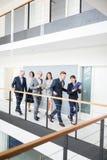 Executivos que discutem ao andar no corredor no escritório imagens de stock royalty free