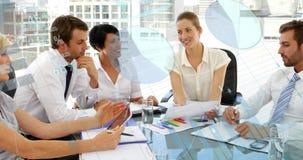 Executivos que discutem em um escritório e nos gráficos 4k ilustração royalty free