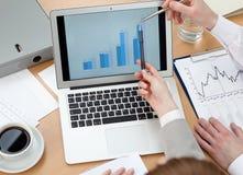 Executivos que discutem gráficos imagem de stock royalty free