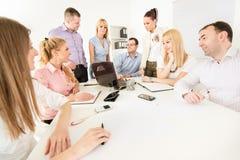 Executivos que discutem o projeto Fotos de Stock Royalty Free