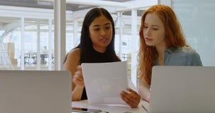 Executivos que discutem sobre o portátil e o original 4k filme