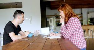 Executivos que discutem sobre o portátil no bar 4k do escritório filme