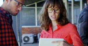 Executivos que discutem sobre a tabuleta digital filme