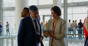 Executivos que discutem sobre a tabuleta digital no escrit?rio 4k filme