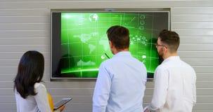 Executivos que discutem sobre a tela do lcd no escritório 4k filme