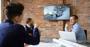Executivos que discutem sobre a tela na sala de conferências 4k video estoque