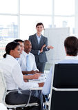Executivos que discutem uma estratégia nova Foto de Stock