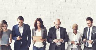 Executivos que encontram a conexão incorporada do dispositivo de Digitas concentrada imagens de stock