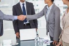 Executivos que encontram e que agitam as mãos Imagem de Stock Royalty Free