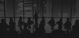 Executivos que encontram o conceito da apresentação do orador de conferência imagens de stock