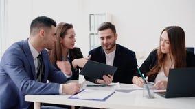 Executivos que encontram o conceito da discuss?o video estoque