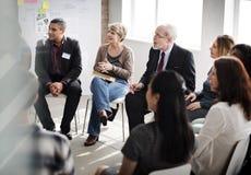 Executivos que encontram o conceito de trabalho da discussão da conferência fotografia de stock royalty free