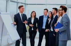 Executivos que encontram o conceito de trabalho do escritório da discussão de uma comunicação fotos de stock