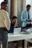 Executivos que encontram o conceito dos trabalhos de equipa de uma comunicação incorporada imagem de stock