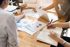 Executivos que encontram o conceito incorporado da discussão da conferência foto de stock