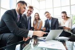 Executivos que encontram o conceito incorporado da discussão da conferência imagens de stock royalty free