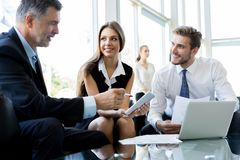 Executivos que encontram o conceito incorporado da discussão da conferência fotografia de stock royalty free