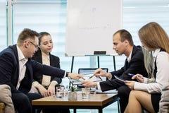 Executivos que encontram o conceito incorporado da discussão da conferência, Fotos de Stock Royalty Free