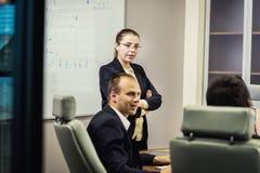 Executivos que encontram o conceito incorporado da discussão da conferência, Fotos de Stock