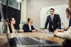 Executivos que encontram o conceito incorporado da discussão da conferência, Foto de Stock Royalty Free