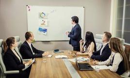 Executivos que encontram o conceito incorporado da discussão da conferência, Imagens de Stock