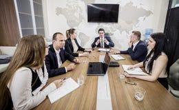 Executivos que encontram o conceito incorporado da discussão da conferência, Foto de Stock