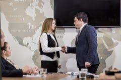 Executivos que encontram o conceito incorporado da discussão da conferência, Imagem de Stock Royalty Free