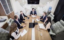 Executivos que encontram o conceito incorporado da discussão da conferência, Fotografia de Stock Royalty Free