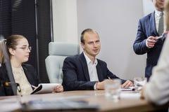 Executivos que encontram o conceito incorporado da discussão da conferência, Fotografia de Stock