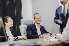 Executivos que encontram o conceito incorporado da discussão da conferência, Imagem de Stock