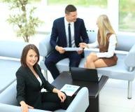 Executivos que encontram o escritório de trabalho da discussão de uma comunicação Foto de Stock Royalty Free