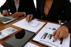 Executivos que encontram o worki do acionista profissional das ideias do projeto Fotos de Stock